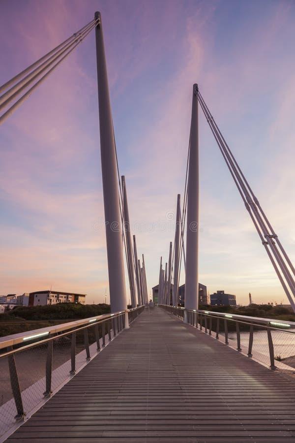 Пешеходный мост в Дюнкерке на заходе солнца стоковые фото