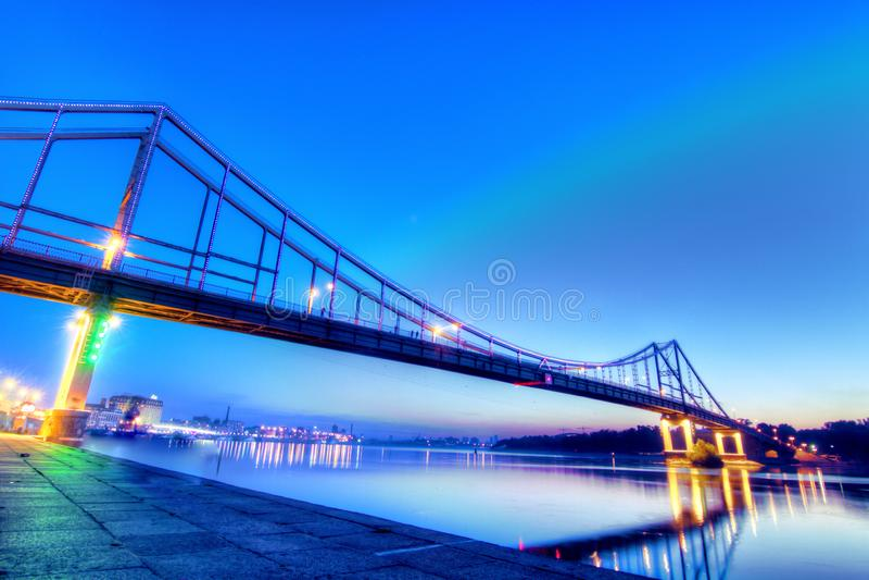 Пешеходный мост в Киеве, shoted в сумраке стоковые изображения rf