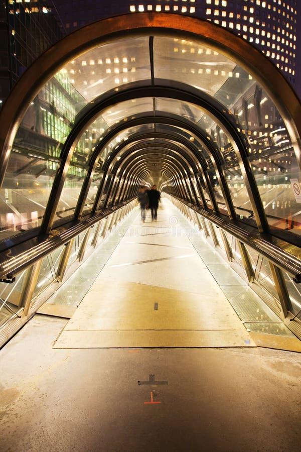 Пешеходный мост в обороне Ла на ноче стоковое фото rf