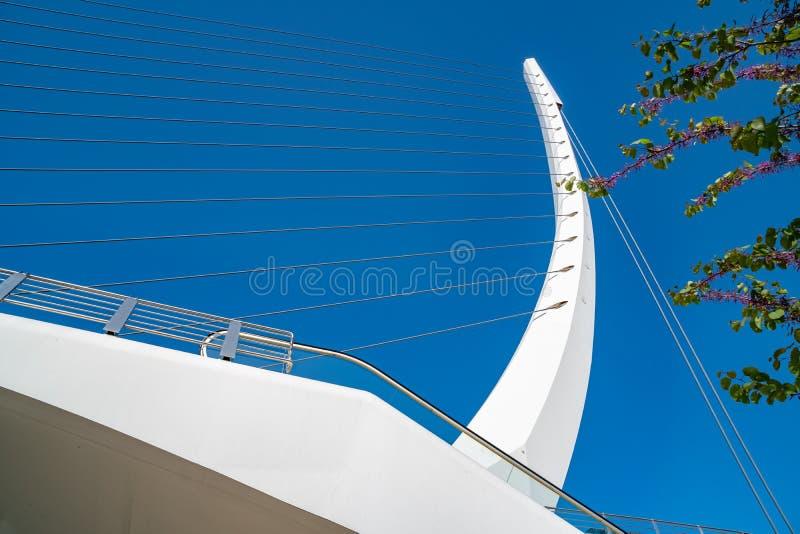 Пешеходный мост помещенный на улице Mesogeion сделал известным испанским архитектором Сантьяго Калатрава стоковая фотография