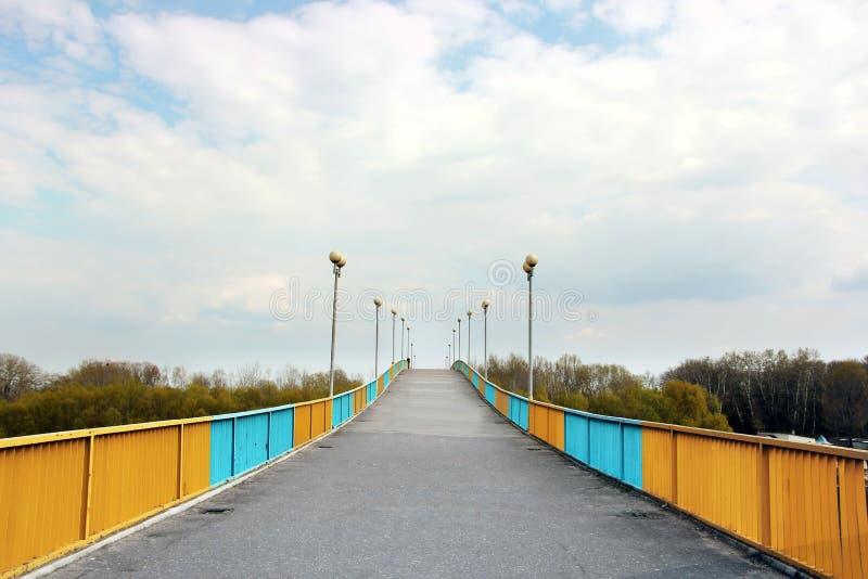 Пешеходный мост против неба стоковое фото rf