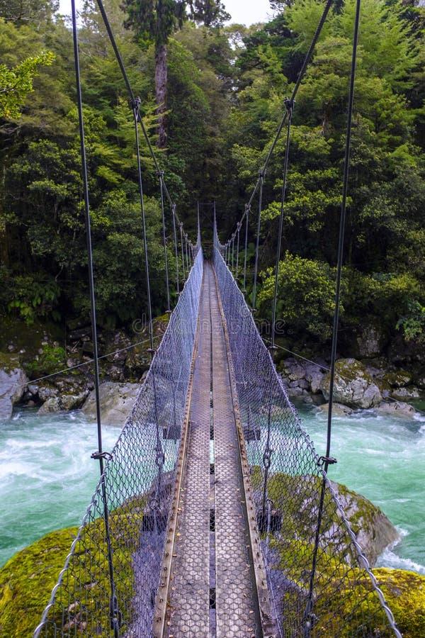 Пешеходный мост spanning над водой стоковые фотографии rf
