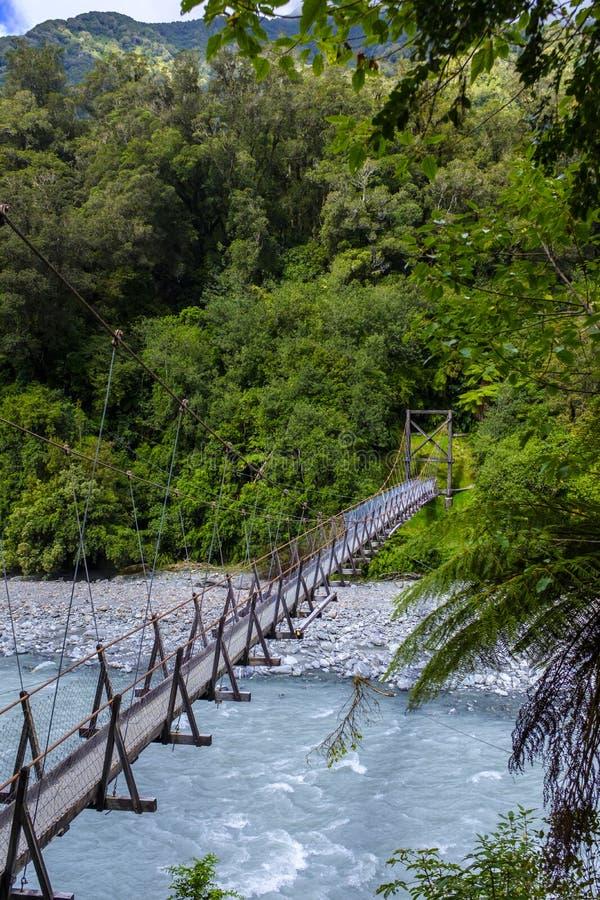 Пешеходный мост spanning над рекой стоковое фото