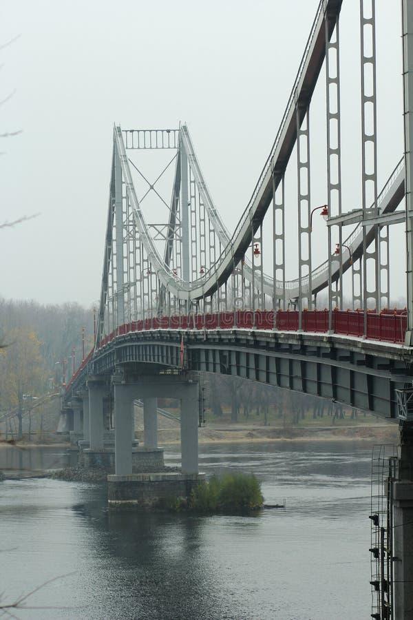 Пешеходный пустой мост в Kyiv на ненастный туманный день стоковая фотография rf