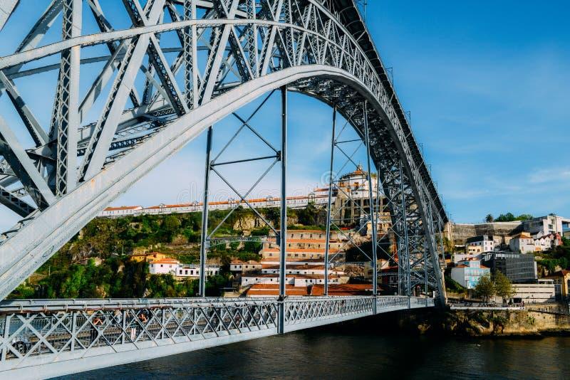 Пешеходы на мосте Dom Луис i, мосте свода металла который пяди река Дуэро между городами Порту и стоковые изображения