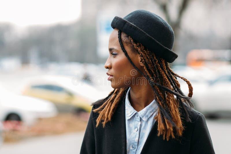 Пешеход моды детеныши девушки афроамериканца стоковое изображение