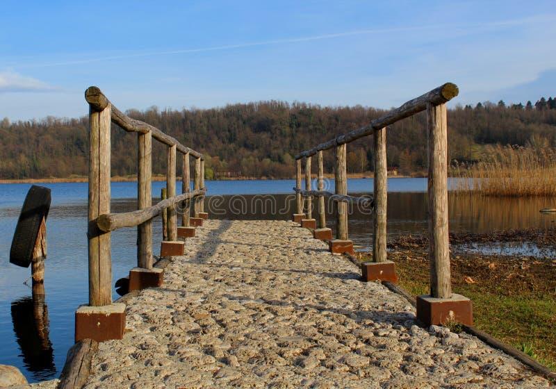 Пешеходная пристань на озере стоковые изображения rf