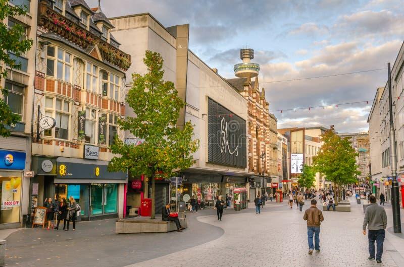 Пешеходная улица выровнянная с магазинами в Ливерпуле стоковые фото
