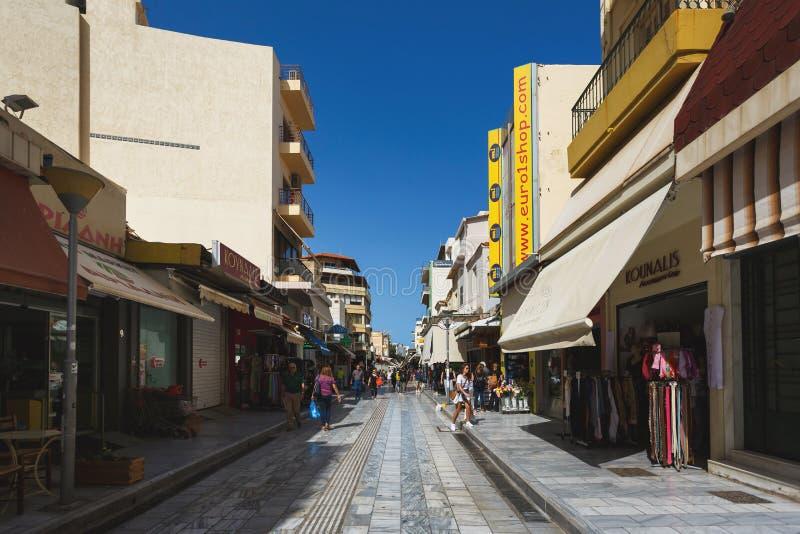Пешеходная улица ираклиона, Греции стоковые изображения