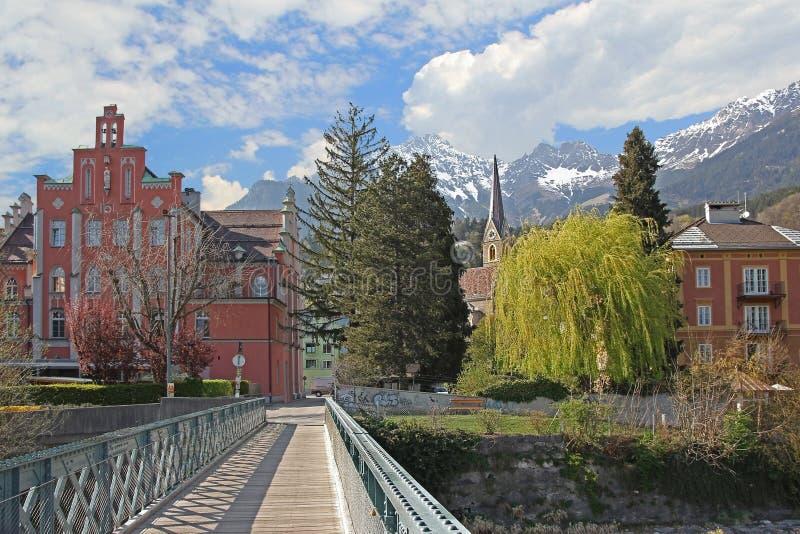 Пешеходный мост и идилличный пейзаж, Инсбрук стоковое фото rf