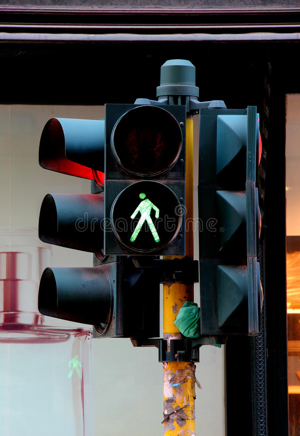 Пешеходный переход светов и светофоров, зеленых стоковая фотография rf