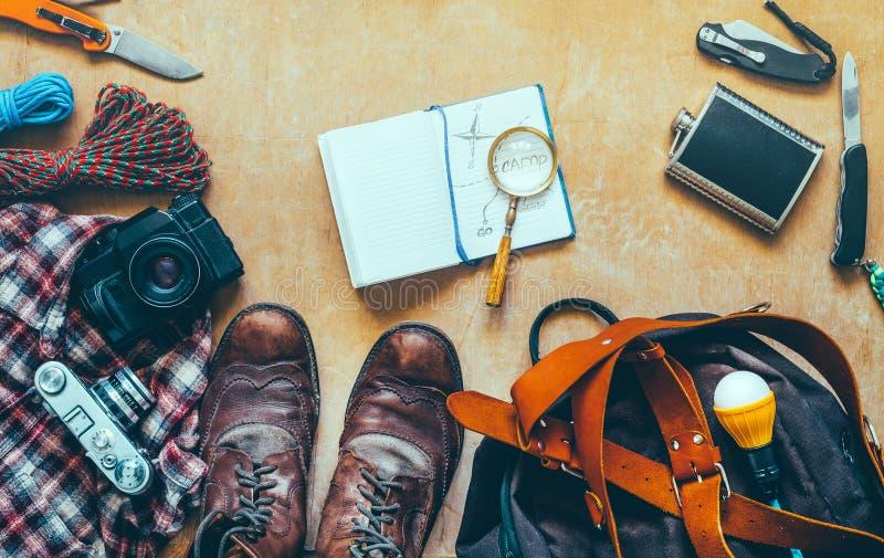 Пешие аксессуары перемещения на деревянном столе, взгляд сверху Концепция каникул открытия приключения перемещения стоковая фотография rf
