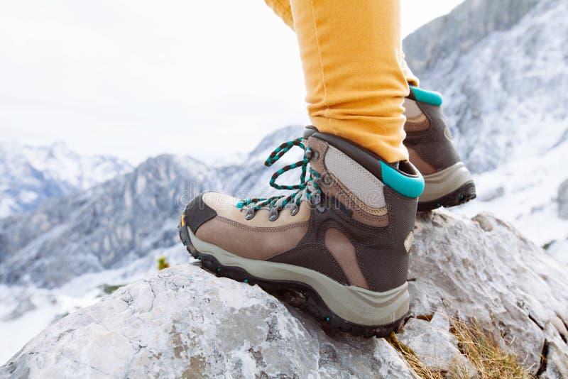 Пешие ботинки на утесах горы стоковые изображения rf