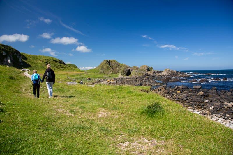 Пешие прогулки на зеленом цвете, трава семьи, матери и ребенка покрыли поле, северную Ирландию стоковое фото