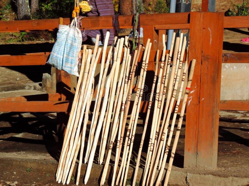 Пешие ручки будучи проданным на основании Paro Taktsang, Бутана стоковые изображения rf