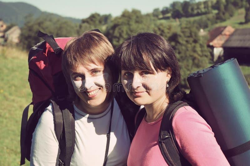 Пешие люди - 2 девушки на походе outdoors наслаждаясь активным образом жизни в красивом ландшафте горы в прикарпатских горах стоковое фото rf