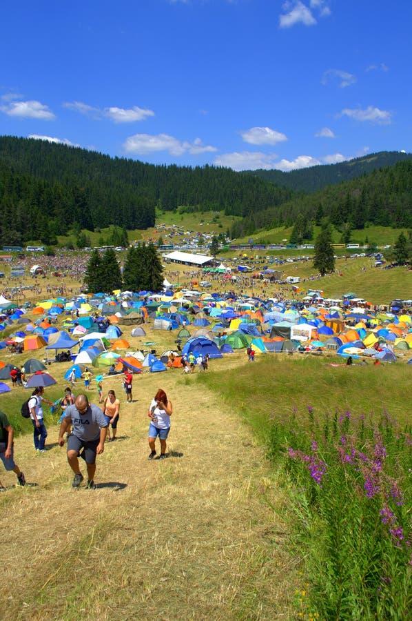 Пешие люди располагаться лагерем горы стоковая фотография