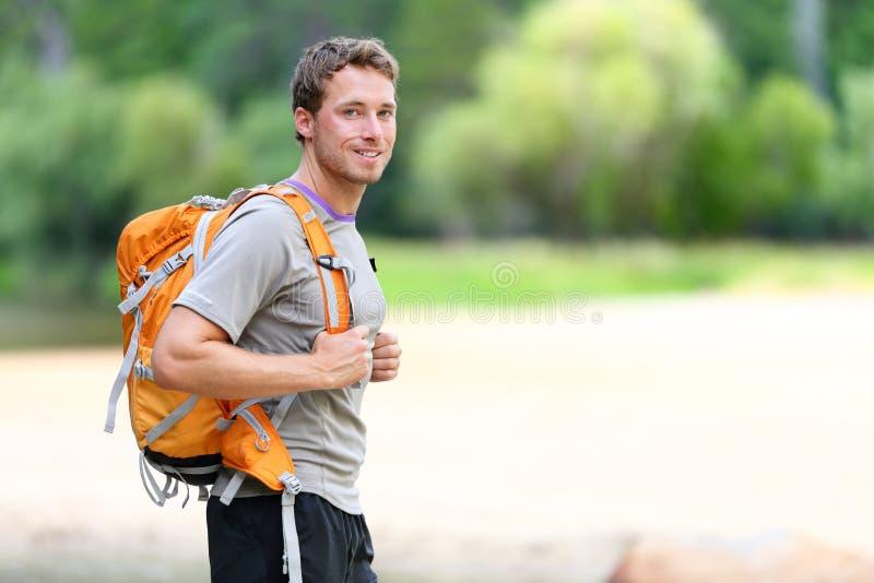 Пеший портрет человека с рюкзаком в природе стоковое фото rf
