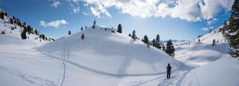 Пеший поход в захватывающей стране чудес зимы, Австрии стоковые фото