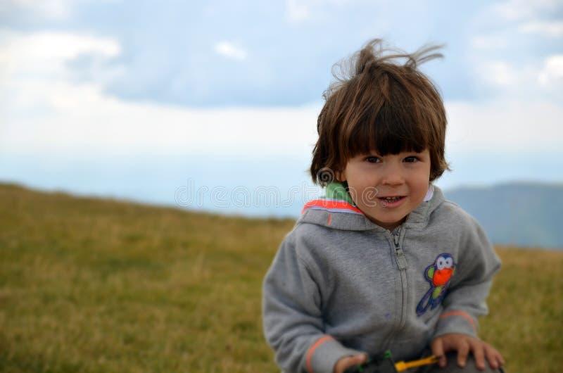 Пеший счастливый белый мальчик стоковое фото rf