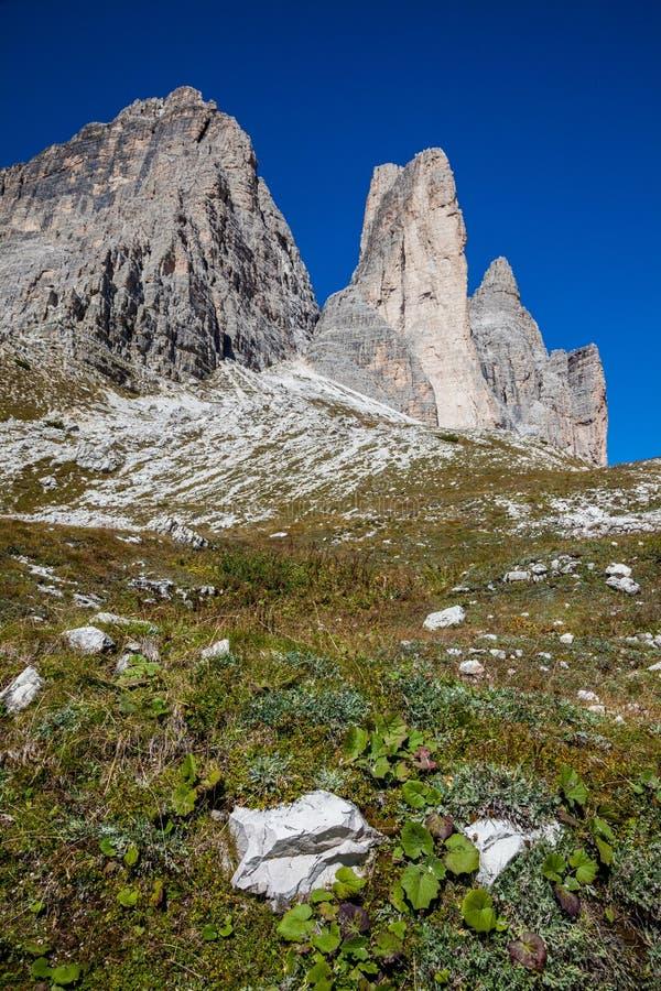 Пеший туризм вокруг Tre Cime di Lavaredo в доломитах северной Италии стоковая фотография