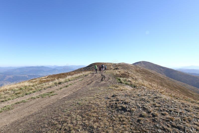Пеший туризм в горах, туризм, люди поверх горы стоковая фотография