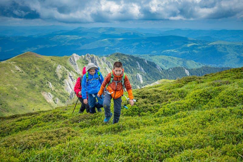 Пеший туризм в гористых местностях стоковые фото