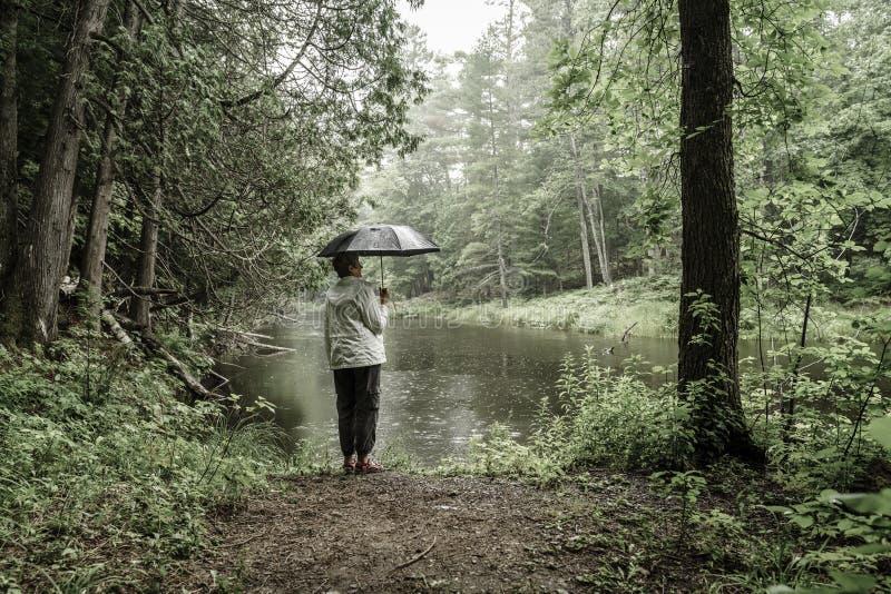 Пеший туризм в дожде стоковые фото