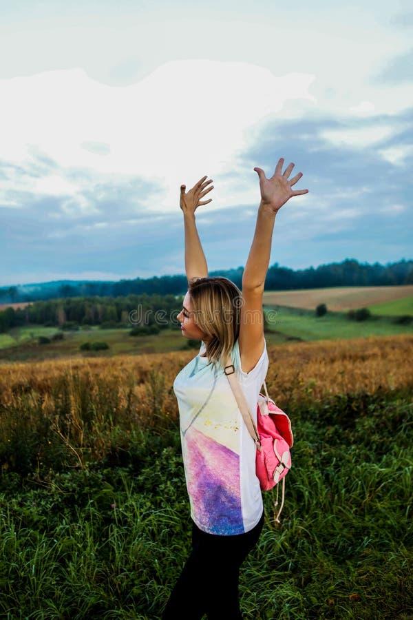 Пеший туризм женщины перемещения стоковые изображения