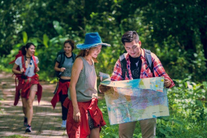 Пеший туризм и приключение в лесе стоковое изображение rf