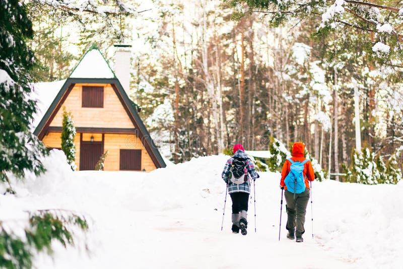 Пеший туризм на горах зимы Концепция спорта и воссоздания стоковая фотография
