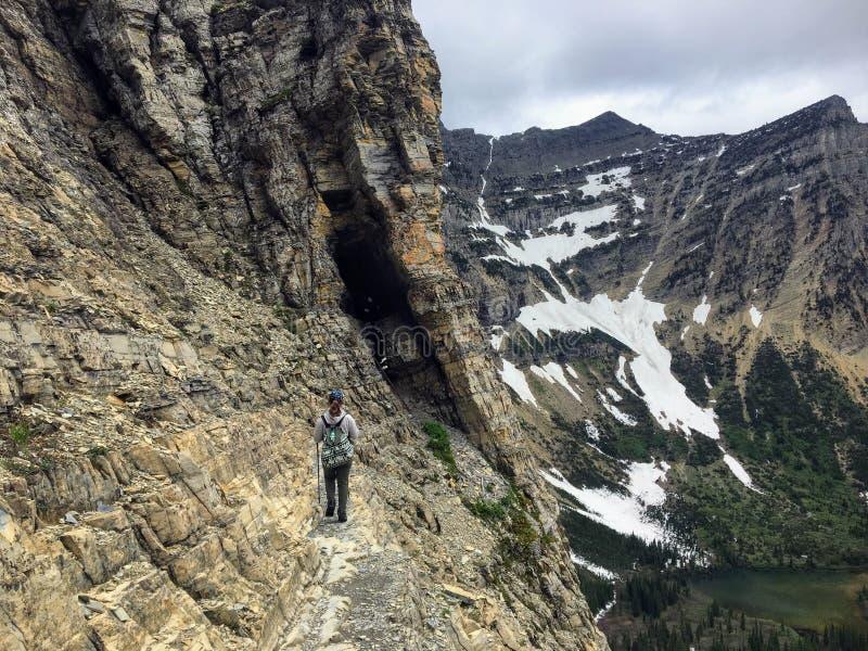 Пеший туризм около крутого края скалы пока пеший туризм Lak крипты стоковая фотография rf