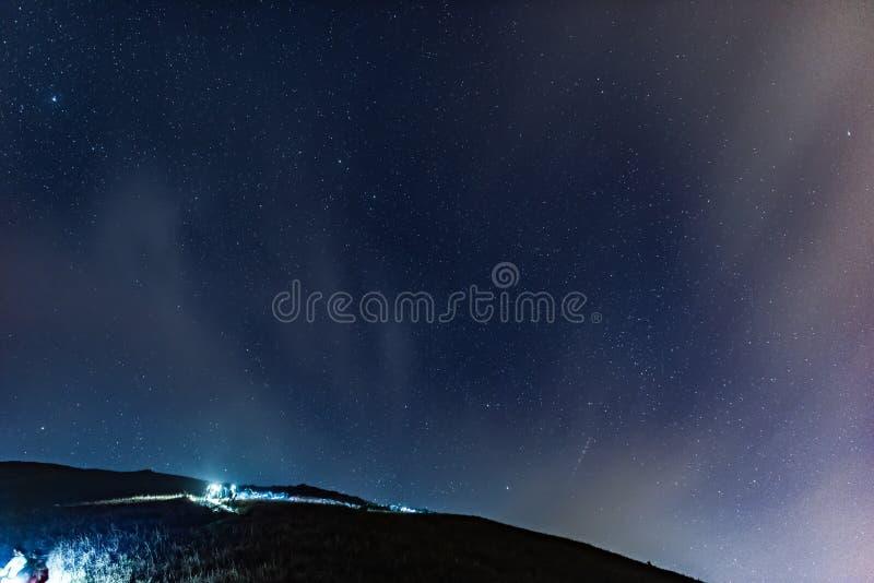 Пеший туризм под небом звезды стоковая фотография rf
