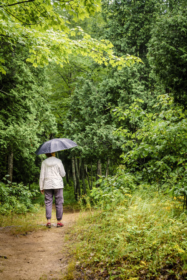 Пеший туризм под дождем стоковые фотографии rf