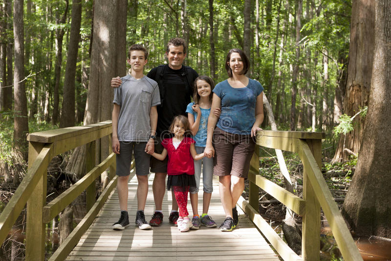 Пеший туризм семьи из пяти человек стоковые фотографии rf