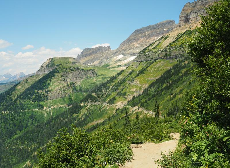 Пеший туризм след Highline с идти к шоссе Солнца ниже, национальный парк ледника, Монтана стоковое изображение