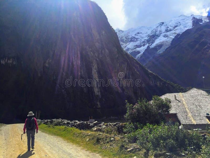 Пеший туризм с гидом Inca через Анды на tre Salkantay стоковое изображение