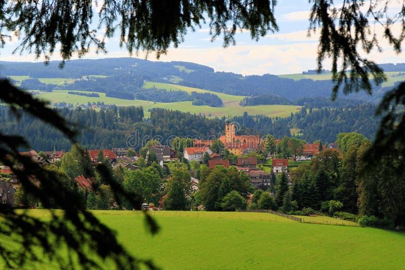 Пеший туризм через красивый ландшафт около горы Schauinsland в черном лесе, Германия стоковые изображения rf