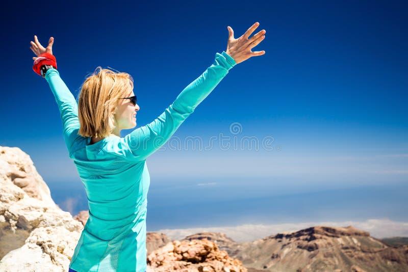 Пеший успех, женщина на следе в горах стоковое изображение rf