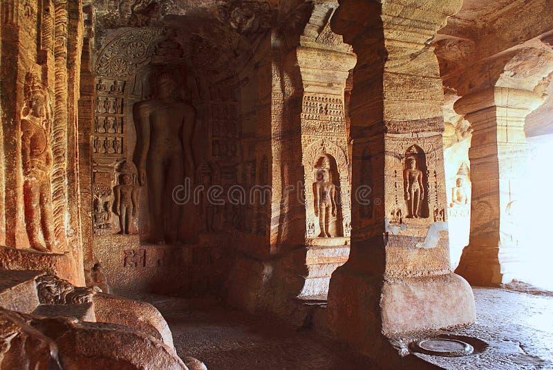 Пещера 4: Высекаенная диаграмма Indrabhuti Gautama Пещеры Badami, Badami, Karnataka стоковое изображение