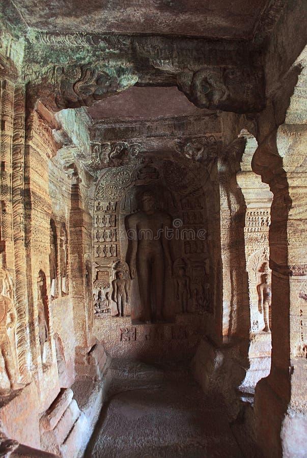 Пещера 4: Высекаенная диаграмма Indrabhuti Gautama Пещеры Badami, Badami, Karnataka стоковые изображения rf