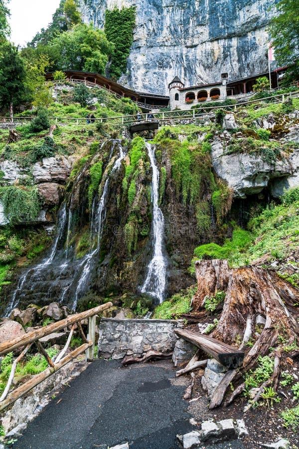 Пещера St Beatus и водопады над Thunersee, Sundlauenen, Швейцария стоковые фото