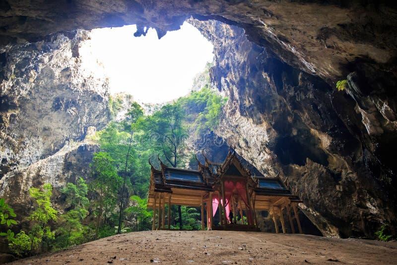 Пещера Thum Phraya Nakhon размещает в национальном парке Prachuapkhirikhan Roi Yot Khao Сэм, Таиланде стоковые фотографии rf