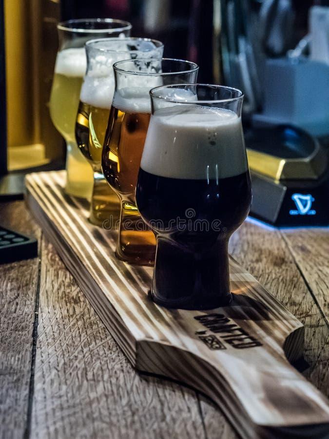 4 пива в ирландском пабе стоковая фотография rf