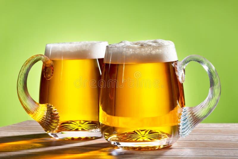 2 пива на таблице стоковое фото