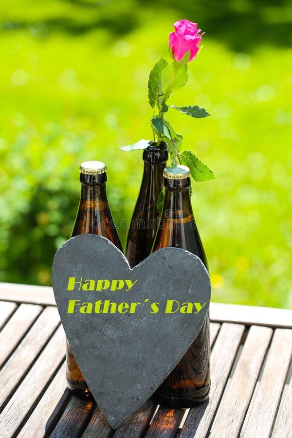Пивная бутылка с сердцем и розы на День отца стоковое изображение