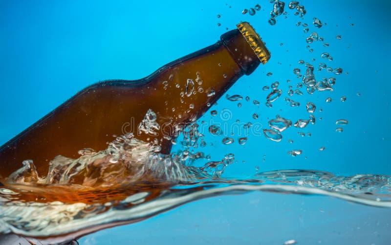 Пивная бутылка в воде стоковое изображение