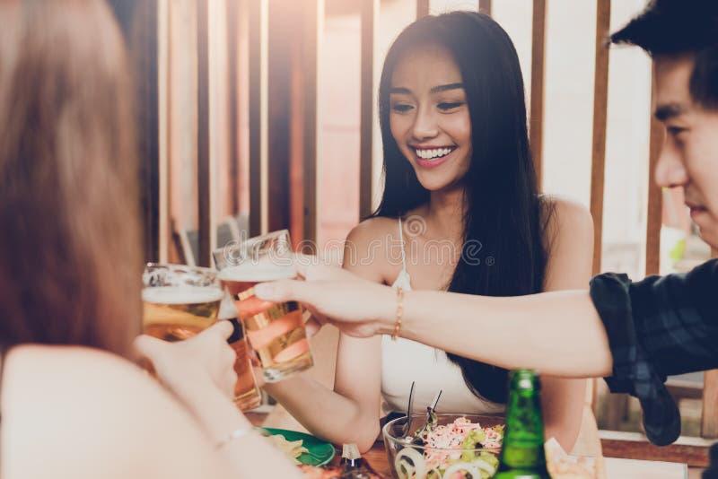 Пиво азиатских людей веселя на часе и смеяться над ресторана счастливом стоковые фотографии rf