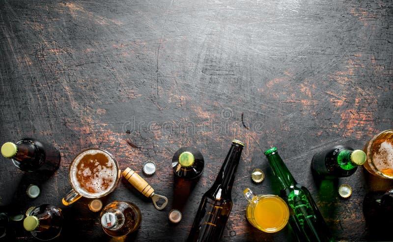 Пиво в бутылках и стеклах стоковая фотография rf