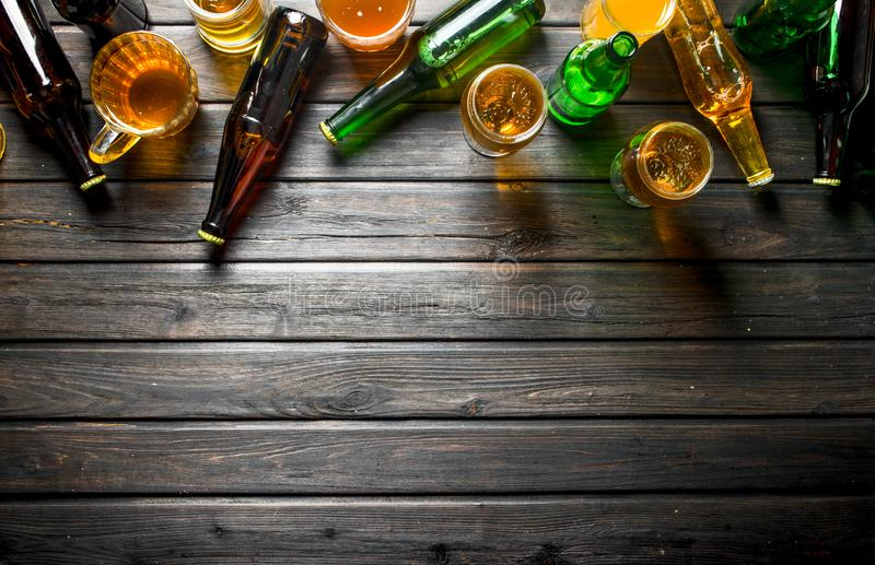 Пиво в бутылках и стеклах стоковое изображение